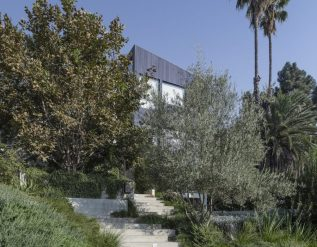 the-garden-house-in-la-balances-privacy-with-full-immersion-into-nature