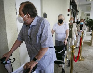 insurers-launch-pilot-program-aimed-at-getting-2-million-american-seniors-vaccinated