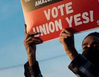 how-amazon-crushes-unions-the-new-york-times
