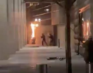 antifa-tries-to-storm-portland-courthouse-smashes-and-burns-the-building-clashes-with-federal-officers