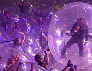 flaming-lips-use-of-plastic-bubbles-at-concerts-leave-covid-19-experts-unsure