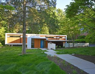 the-pine-valley-residence-gets-updated-by-its-new-homeowner-architect