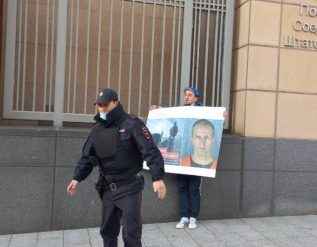 free-derek-chauvin-russian-rapper-handcuffs-himself-to-us-embassy-in-protest-to-minnesota-verdict