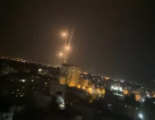 more-than-130-rockets-from-gaza-intercepted-by-iron-dome-over-tel-aviv-video